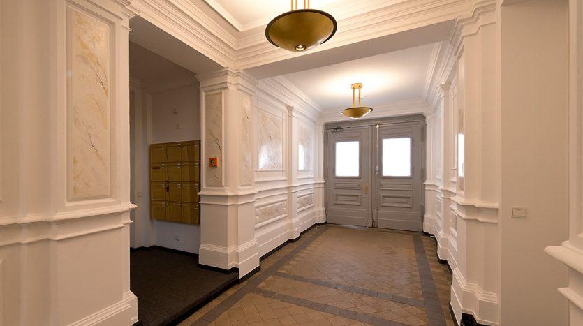 Autre vue de l'entrée de l'immeuble