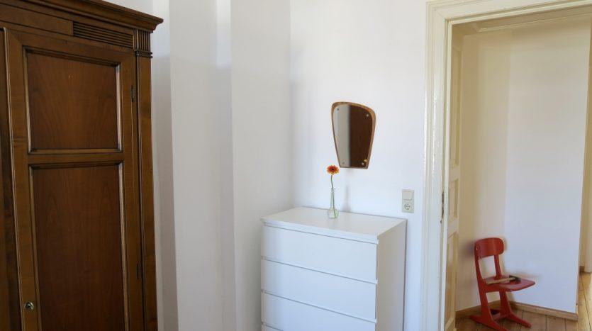 Chambre avec rangements et miroir