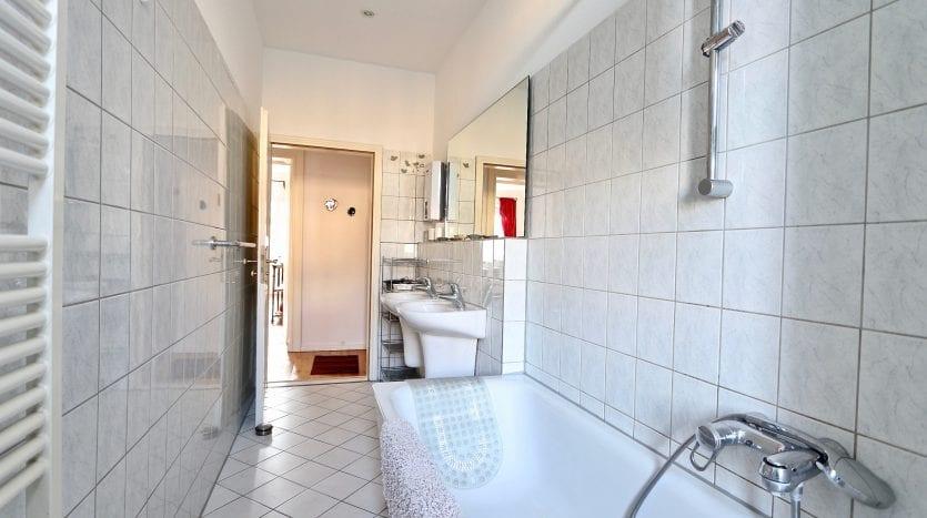 Salle de bain avec deux lavabos