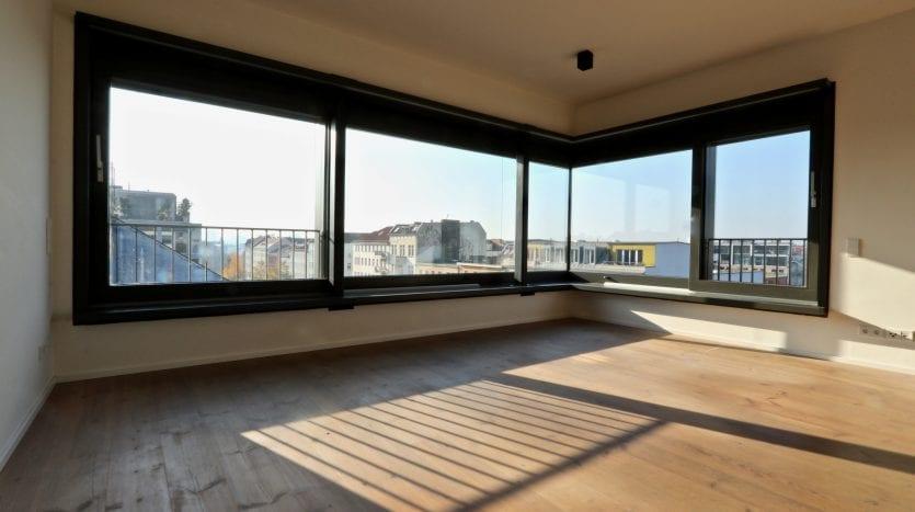Salon avec grande baie vitrée plein Sud