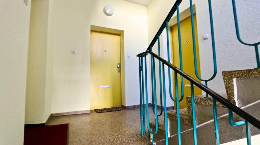 Escaliers et porte de l'appartement